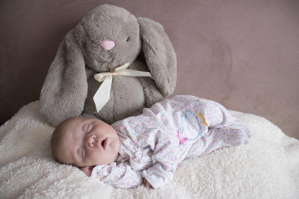 bébé allaité en plein sommeil